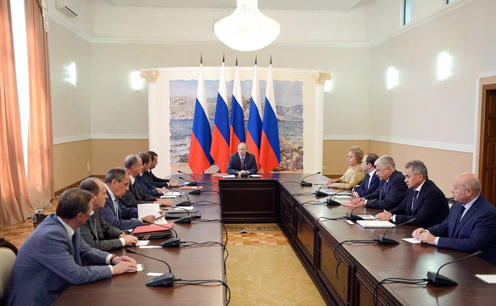 Президент России Владимир Путин провел совещание с постоянными членами Совета Безопасности