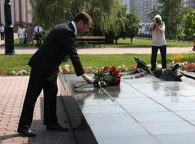 Председатель правительства РФ Дмитрий Медведев во время церемонии возложения цветов к Могиле Неизвестного Солдата в Курске