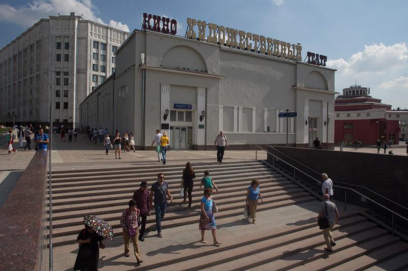 Прохожие на Арбатской площади в Москве