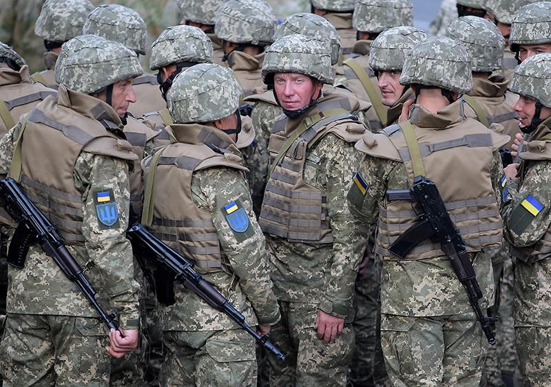 Солдаты ВС Украины во время парада военной техники в Киеве