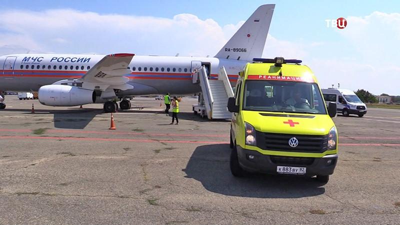 Самолет МЧС доставил в столицу тяжелобольную пациентку изСимферополя