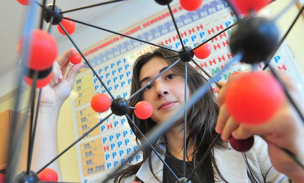 Школьники в классе на уроке химии
