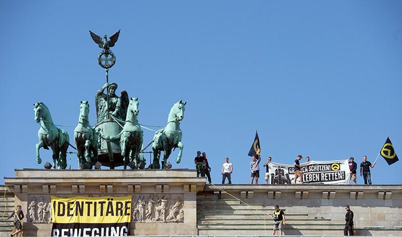Противники исламизации на Бранденбургских воротах в центре Берлина