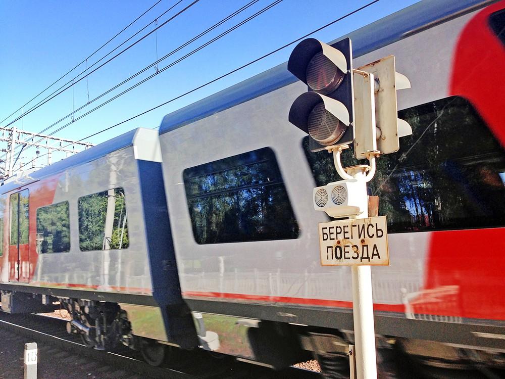 Поезд на железнодорожном переезде