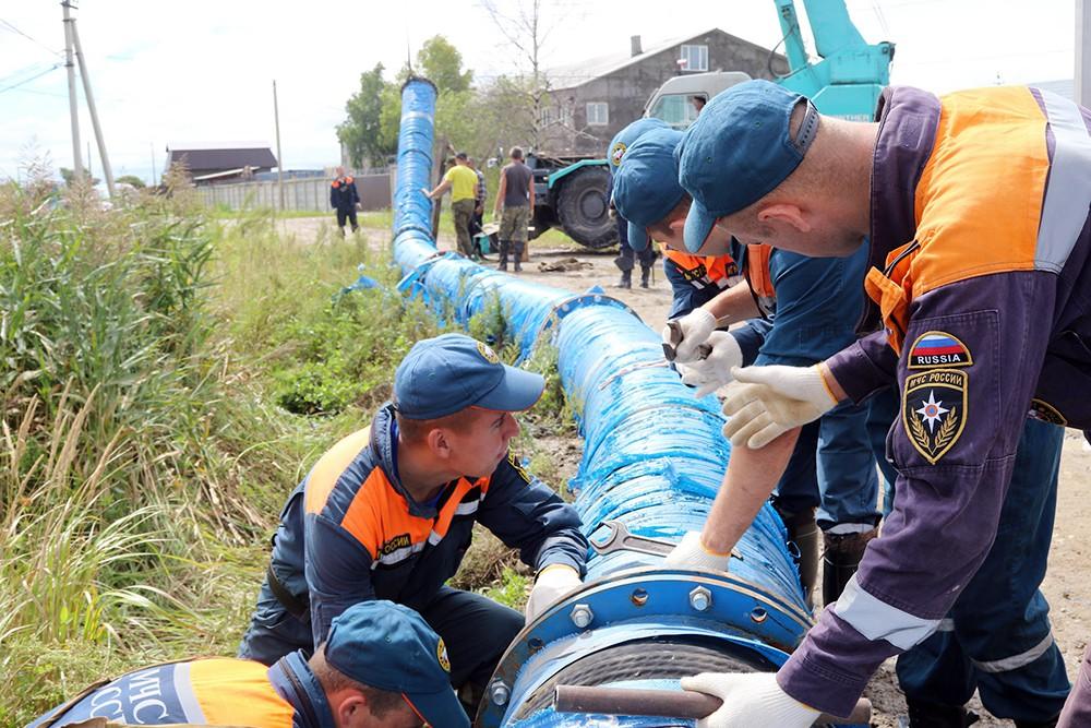 Спасатели МЧС ликвидируют последствия наводнения