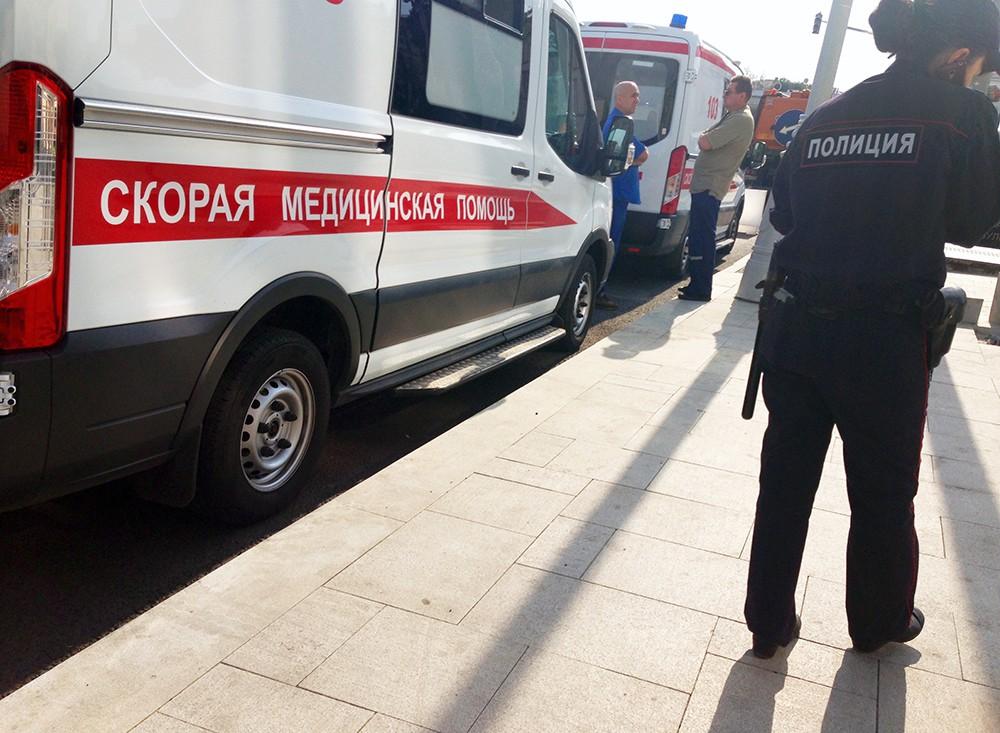 Машины скорой помощи и полиция на месте происшествия