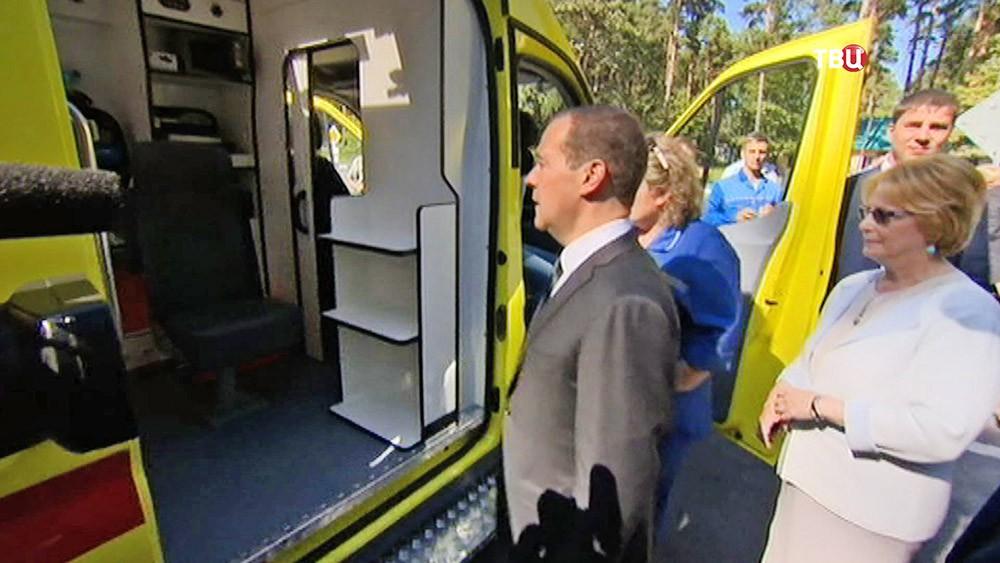 Дмитрий Медведев осматривает автомобиль скорой помощи
