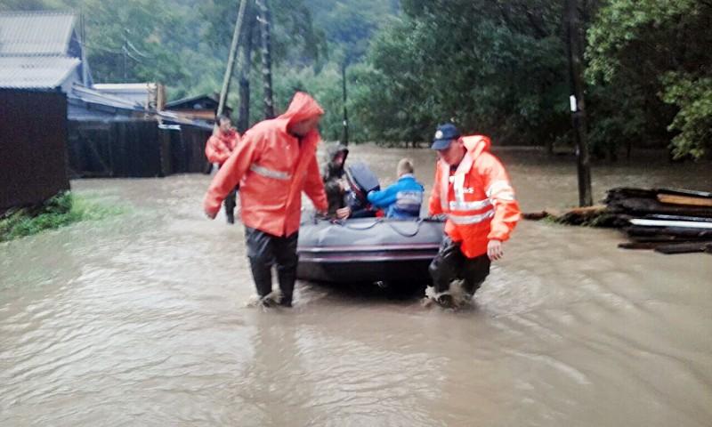 Спасатели МЧС эвакуируют жителей из зоны наводнения