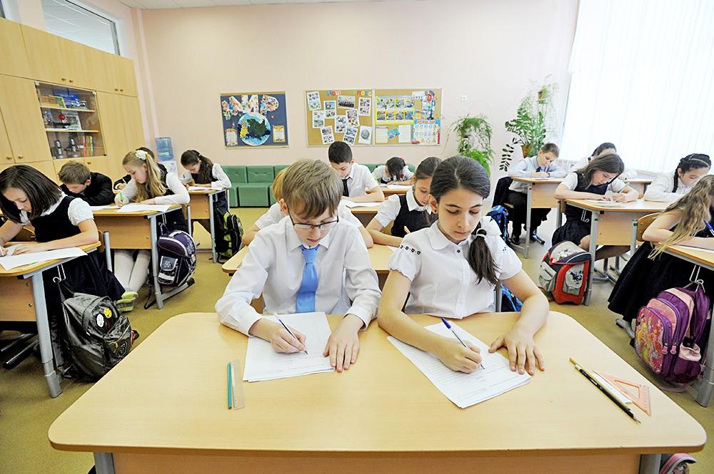 Школьники полистают к школьницам в школе фото 3 фотография