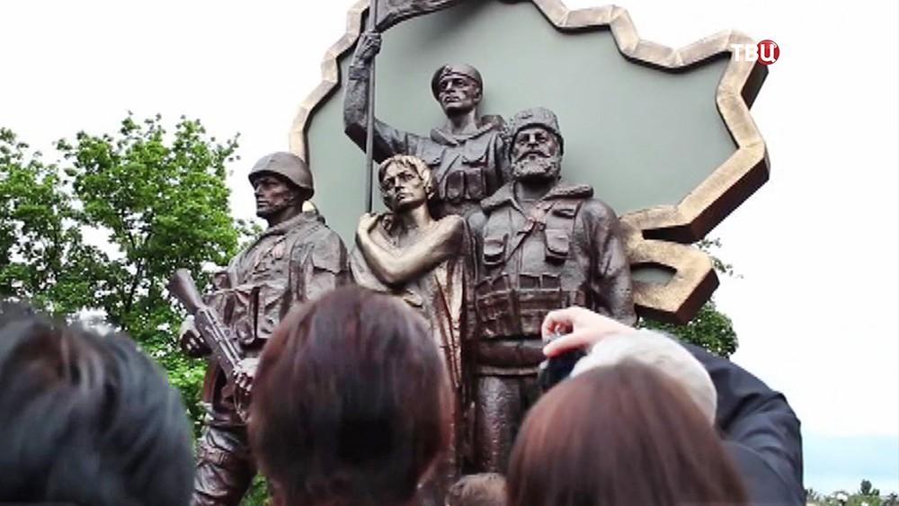"""Памятник погибшим ополченцам """"Они стояли за Родину"""" в Луганске"""