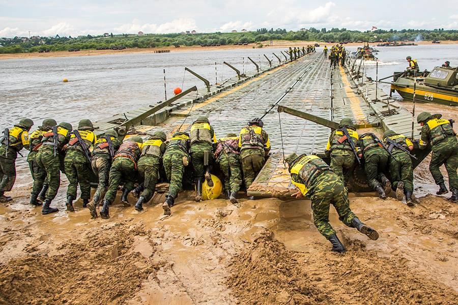 Инженерные войска возводят временный мост