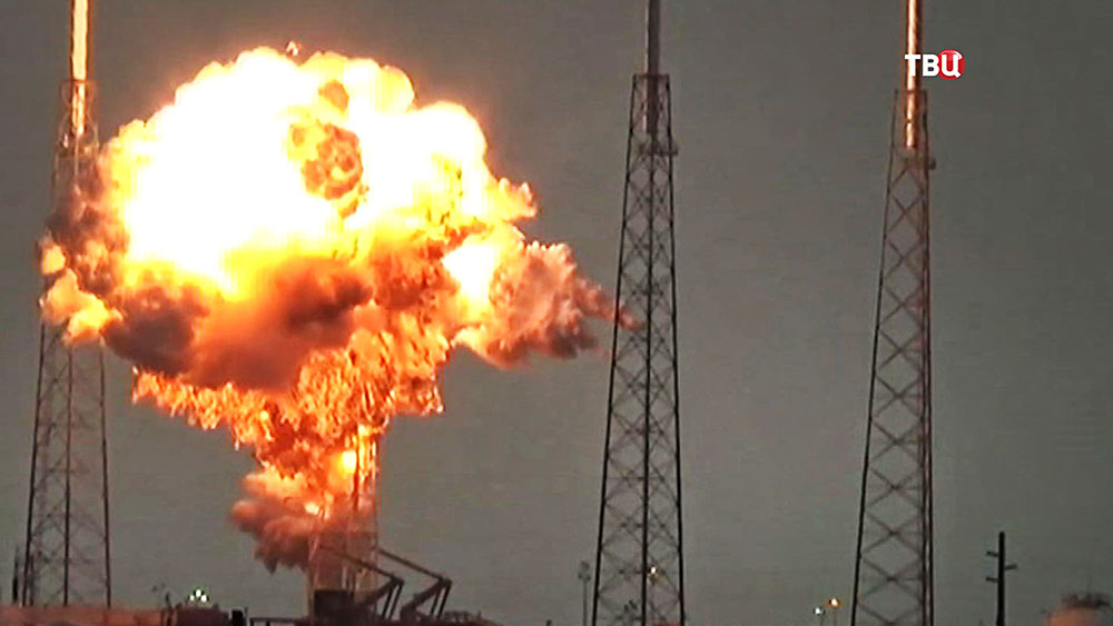 Взрыв ракеты Falcon 9 на пусковой платформе
