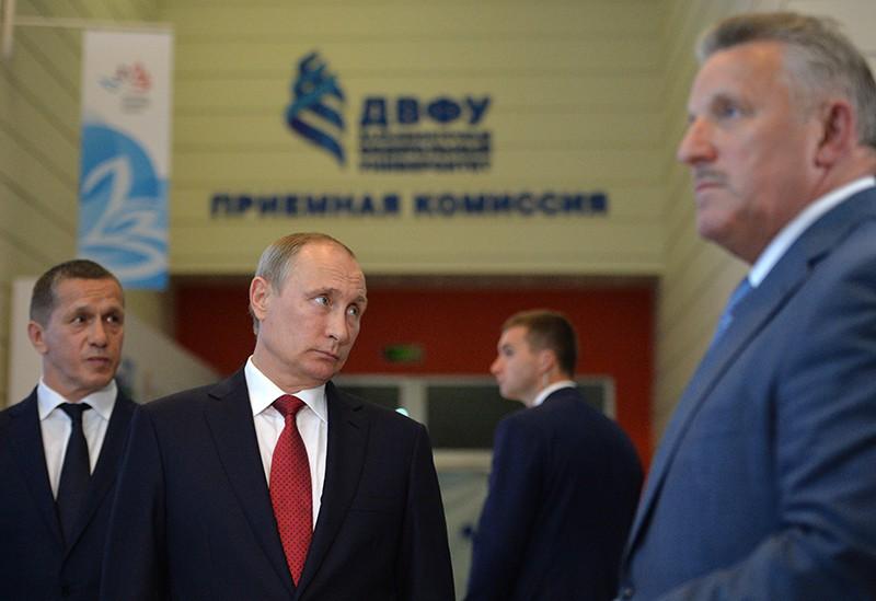 Владимир Путин во время осмотра выставочной экспозиции территорий опережающего развития и свободного порта Владивосток в рамках Восточного экономического форума