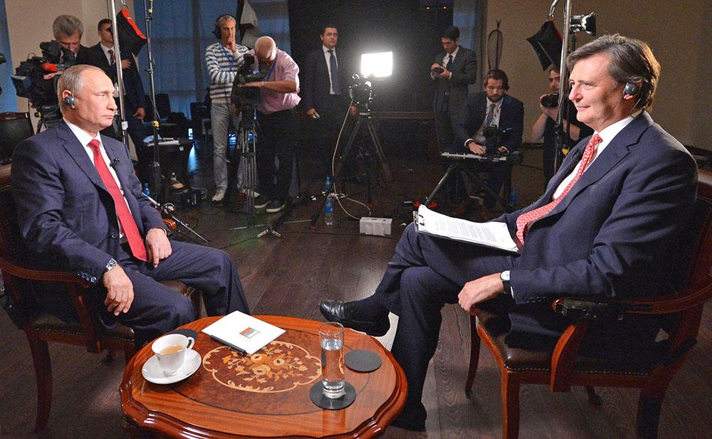 Президент России Владимир Путин дает интервью агентству Bloomberg
