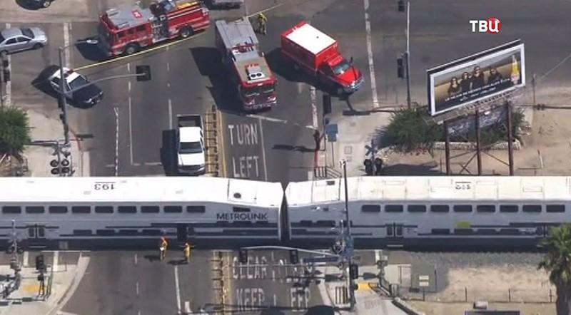 Грузовой автомобиль протаранил пассажирский поезд вСША: множество пострадавших