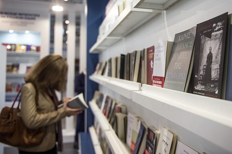 Посетительница на открытии книжной выставки-ярмарки на ВДНХ в Москве