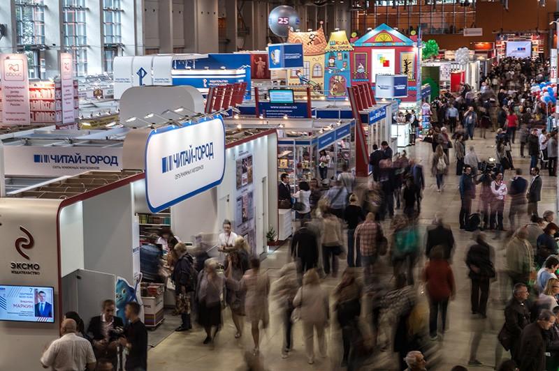 Посетители на открытии книжной выставки-ярмарки на ВДНХ в Москве