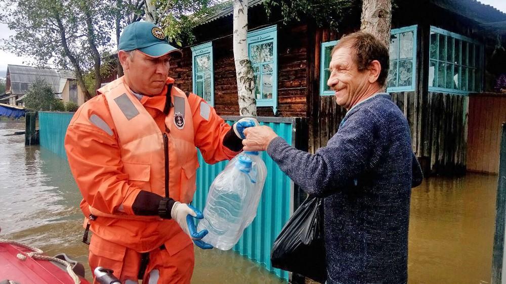 Спасатели МЧС раздают питьевую воду жителям