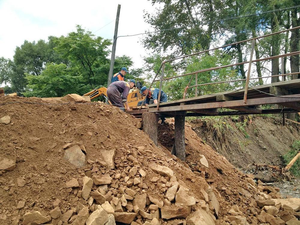 Спасатели МЧС строят временный мост