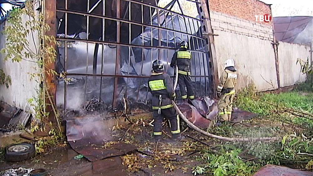 Пожарные тушат возгорание на складе