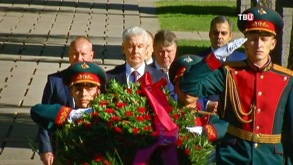 Мэр Москвы Сергей Собянин возлагает цветы к воинскому мемориалу