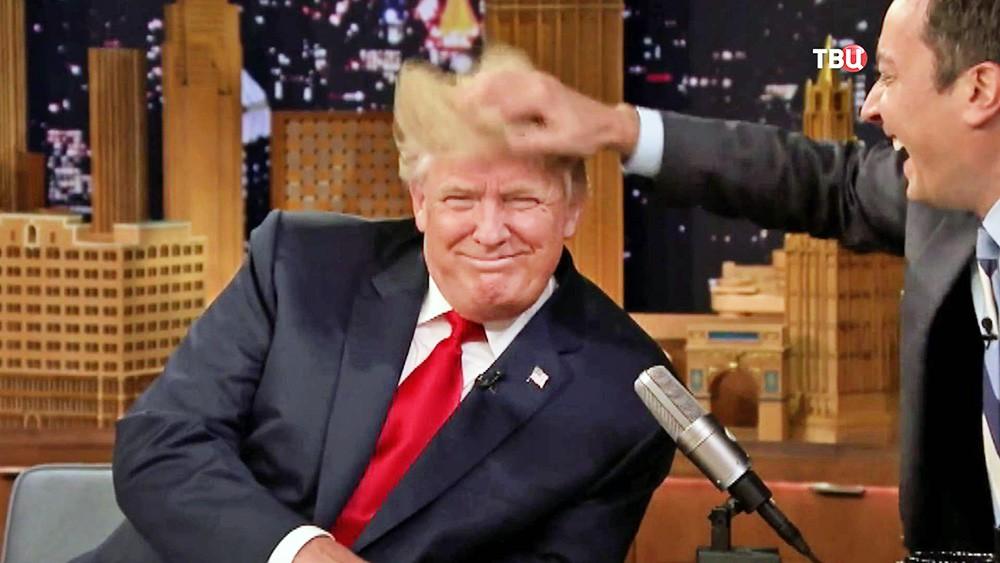 Ведущий телешоу взъерошил волосы Дональду Трампу