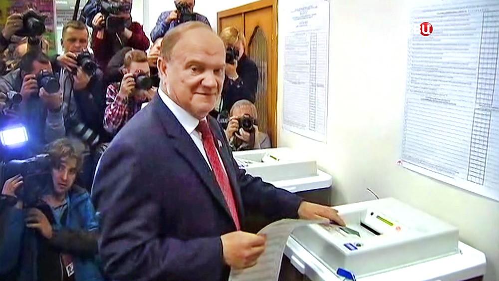 Геннадий Зюганов голосует на выборах