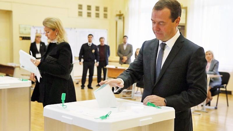 Дмитрий Медведев с супругой Светланой голосует на выборах
