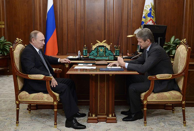 Президент России Владимир Путин и министр сельского хозяйства Александр Ткачев во время встречи в Кремле