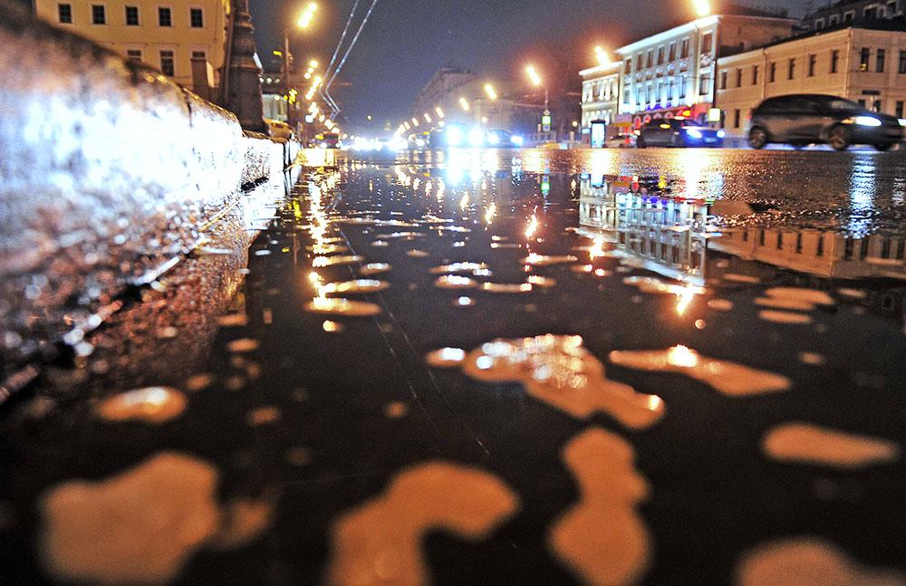Поливальные машины проводят уборку улиц шампунем
