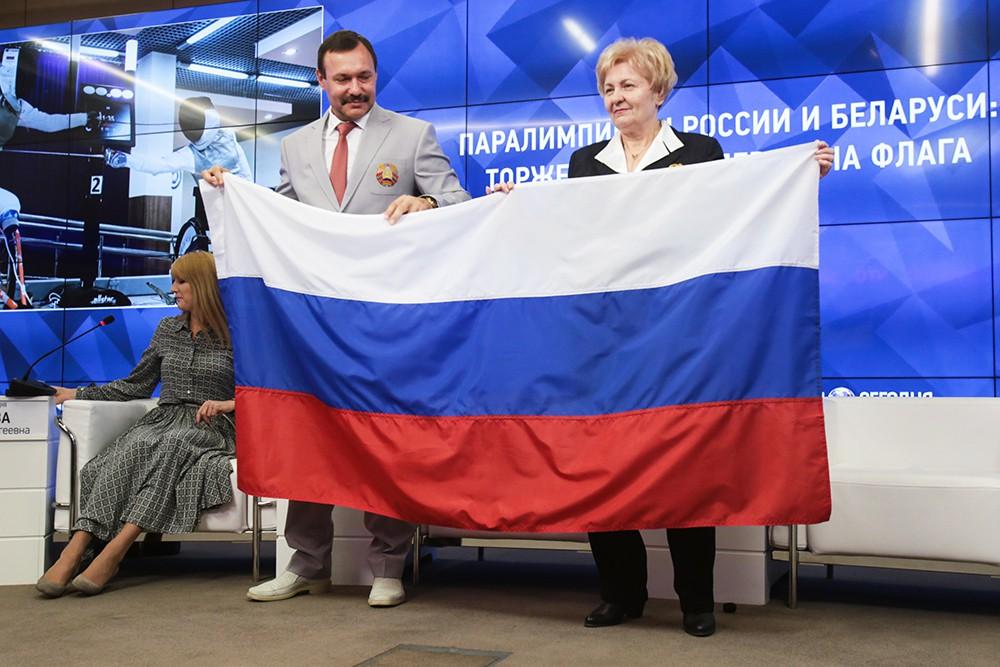 Андрей Фомочкин передал ПКР флаг России с церемонии открытия Паралимпиады