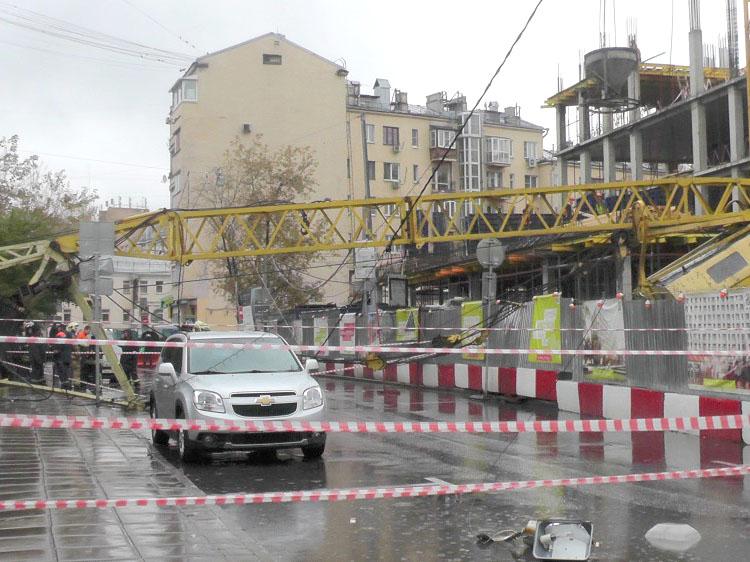 В Даевом переулке рухнул строительный кран