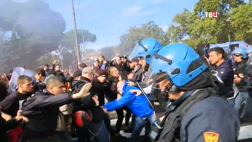 Полиция Италии разгоняет митингующих