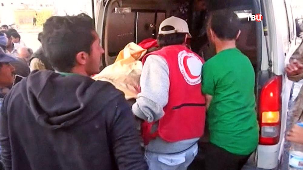 Скорая помощь увозит пострадавших