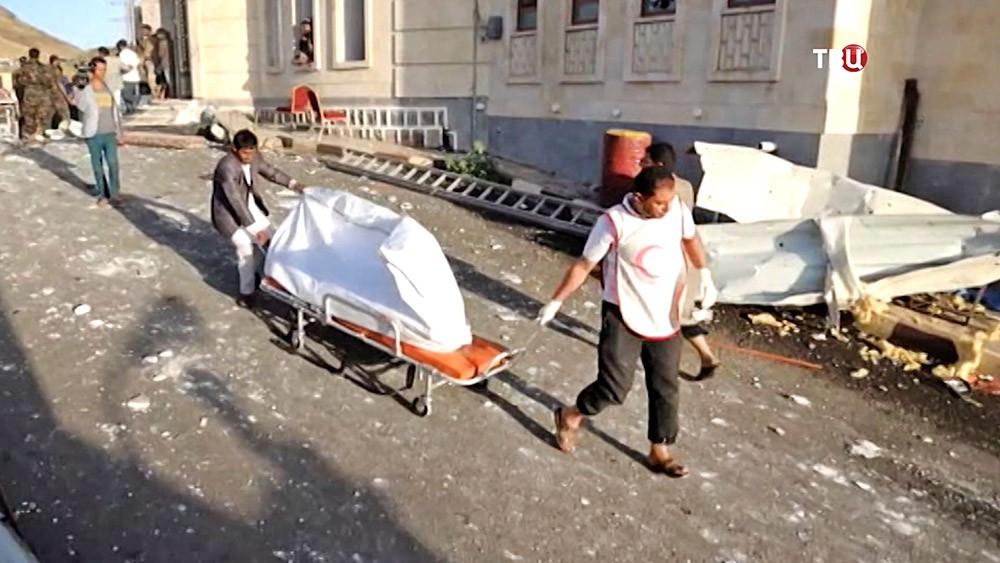 Врачи эвакуируют пострадавших
