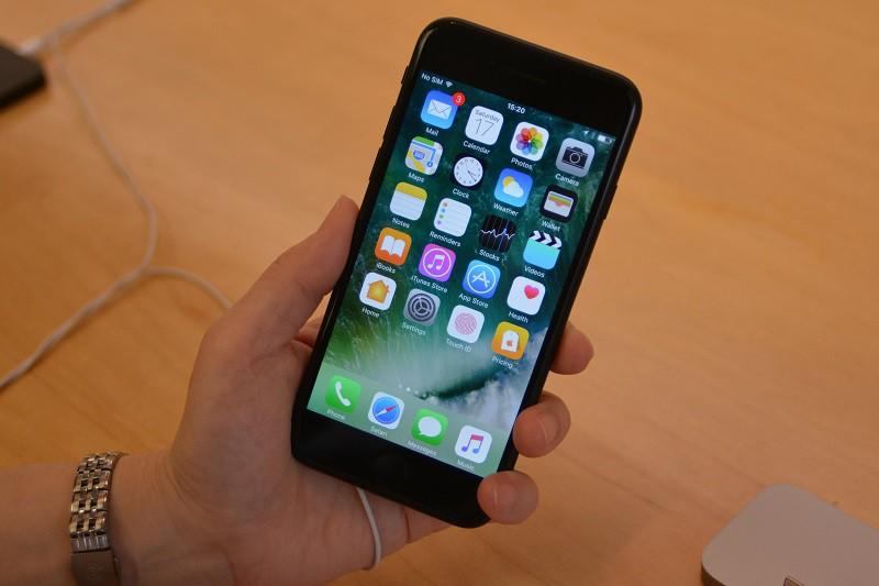 айфон 7 фото в руке