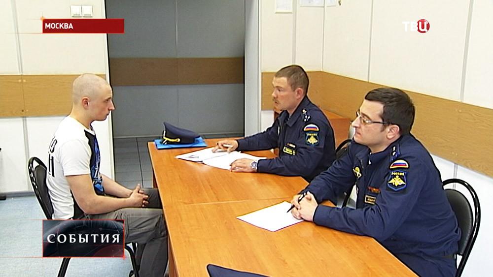 Призывник во время беседы с военными