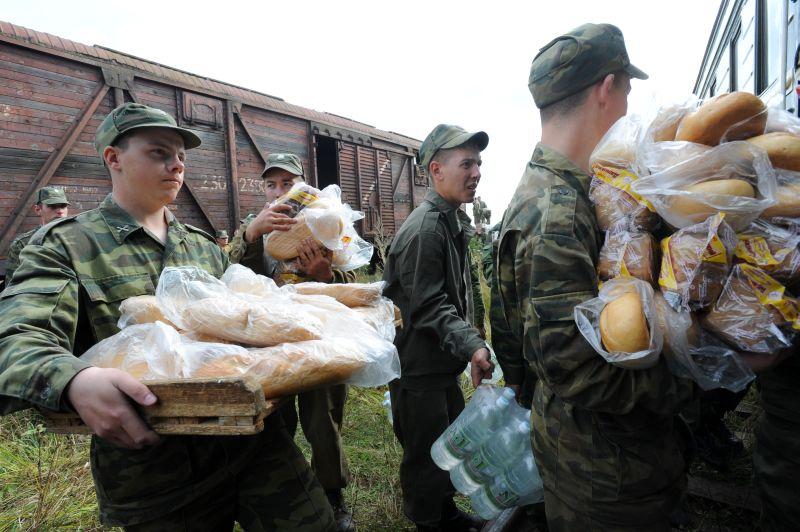 Погрузка военными продовольствия