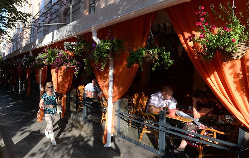 Посетители на летней веранде столичного кафе