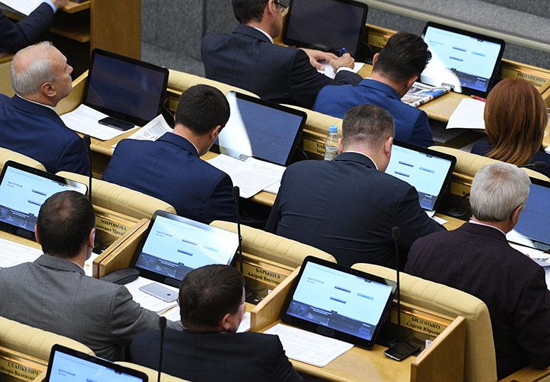 Депутаты на пленарном заседании Госдумы России