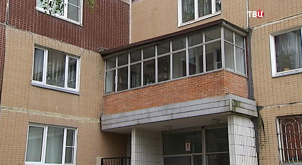 Балкон на козырьке подъезда