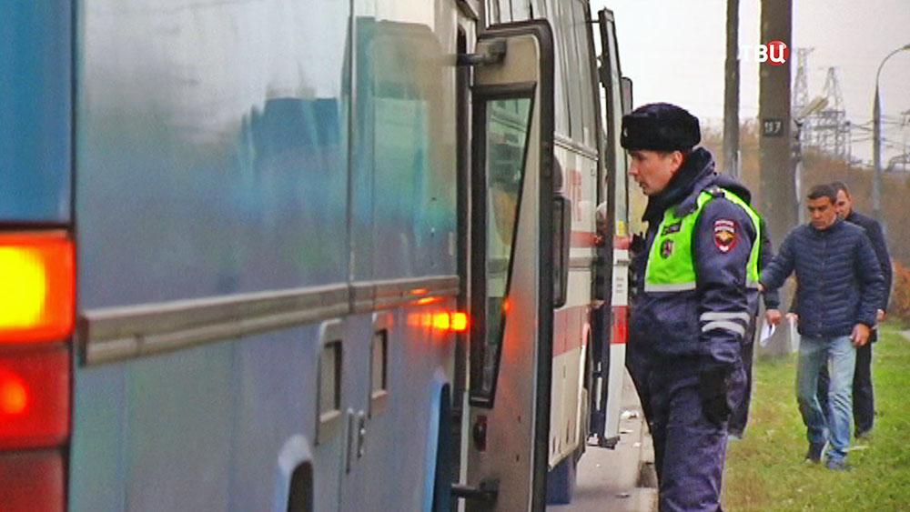 Инсектор ДПС проверяет нелегальный автобус