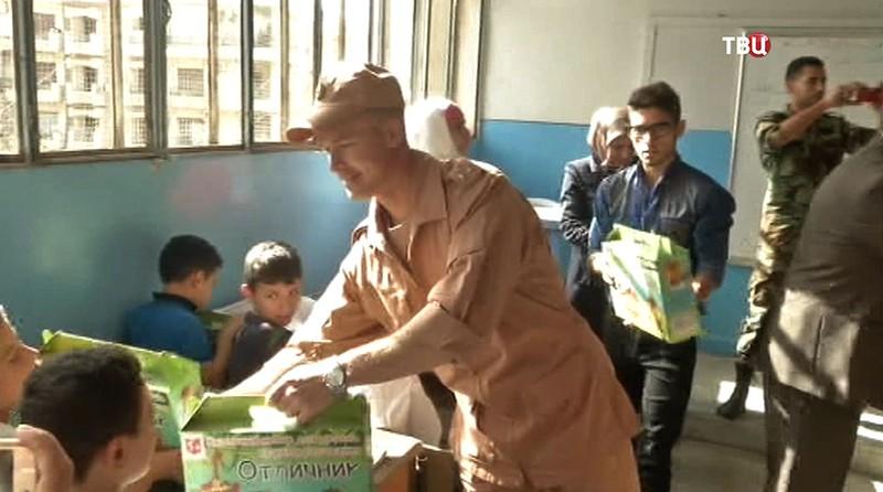 Российские военные вручают детям подарки