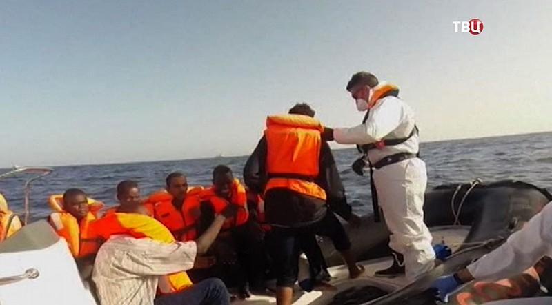 Береговая охрана и лодка с мигрантами