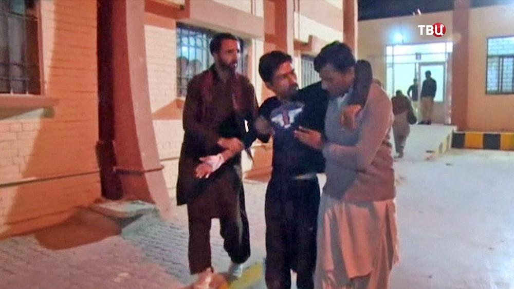 Эвакуирует пострадавших из захваченной академии в Пакистане