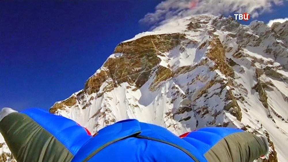 Бейсджампер прыгает с горы в Гималаях