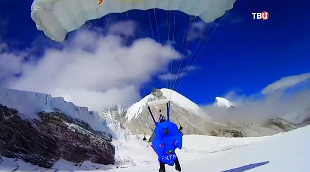 Бейсджампер прыгнул с горы в Гималаях