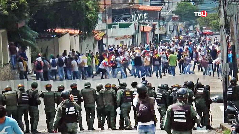 Полиция Венесуэлы разгоняет митинг
