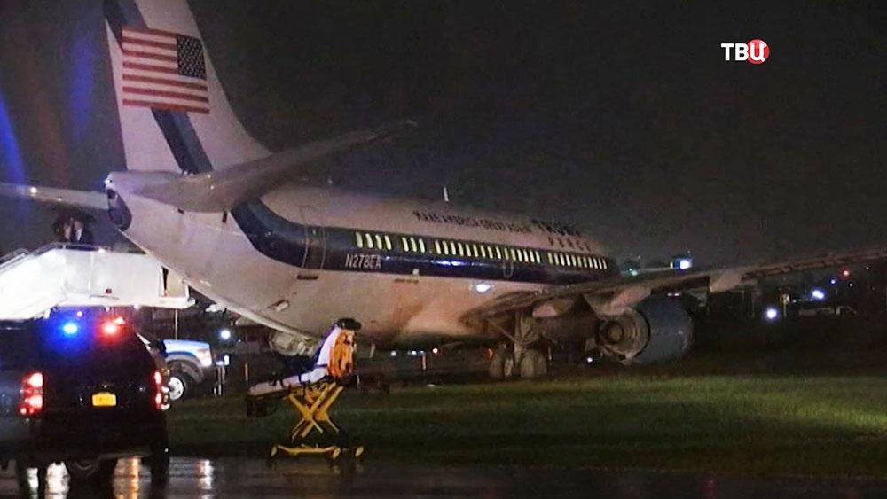 Самолет Майка Пенса выкатился за пределы взлетно-посадочной полосы