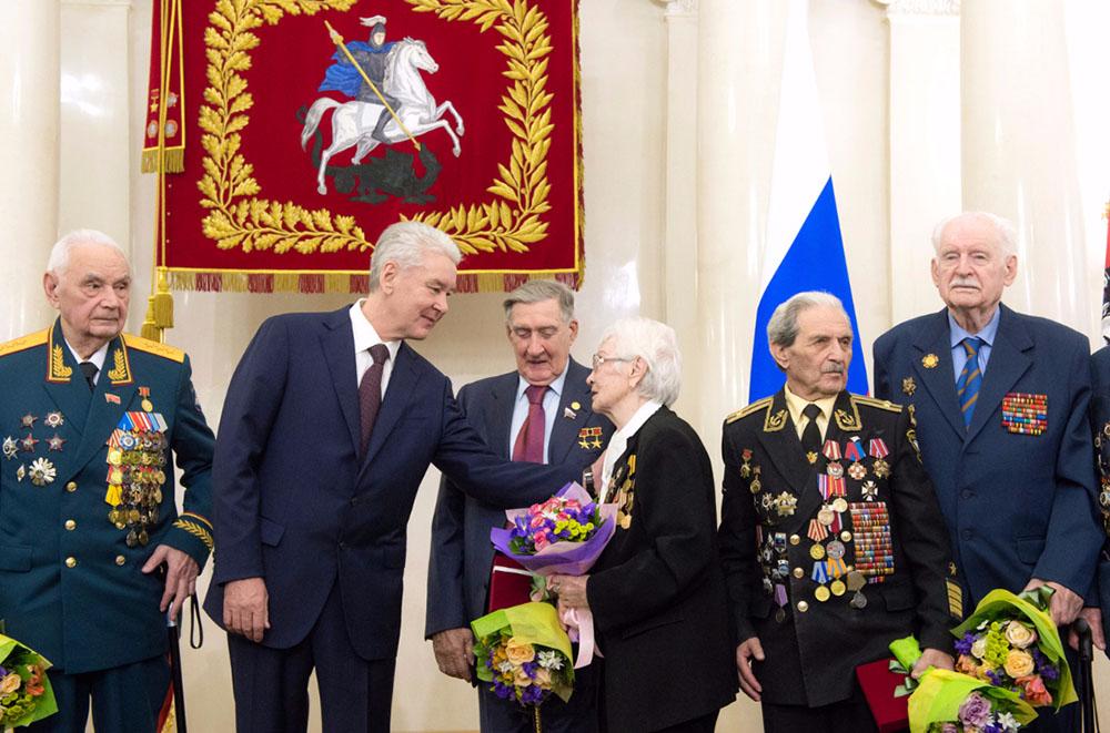 Сергей Собянин награждает ветеранов